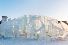 ONDULACIÓN PERMANENTE, RUSIA - 12 DE FEBRERO DE 2018: Bola grande en ciudad del hielo de la ondulación permanente Fotos de archivo libres de regalías