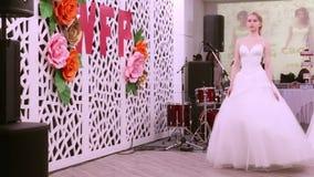 ONDULACIÓN PERMANENTE, RUSIA - 12 DE FEBRERO DE 2017: Novias hermosas de los modelos en prolongación del andén en casarse la ondu almacen de video