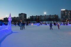 ONDULACIÓN PERMANENTE, RUSIA - 12 DE FEBRERO DE 2018: La pista de hielo pública en ciudad del hielo era mak Imágenes de archivo libres de regalías