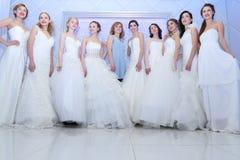 ONDULACIÓN PERMANENTE, RUSIA - 12 DE FEBRERO DE 2017: Novias bonitas de los modelos Imágenes de archivo libres de regalías
