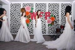 ONDULACIÓN PERMANENTE, RUSIA - 12 DE FEBRERO DE 2017: Novias hermosas de los modelos en prolongación del andén Fotografía de archivo libre de regalías