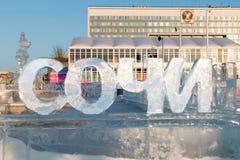 ONDULACIÓN PERMANENTE, RUSIA - 12 DE FEBRERO DE 2018: Texto grande de Sochi en ciudad del hielo de la ondulación permanente Fotos de archivo