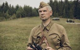 ONDULACIÓN PERMANENTE, RUSIA - 30 DE JULIO DE 2016: Reconstrucción histórica de la Segunda Guerra Mundial, verano, 1942 Oficial s Fotos de archivo