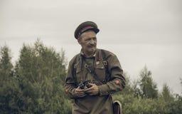 ONDULACIÓN PERMANENTE, RUSIA - 30 DE JULIO DE 2016: Reconstrucción histórica de la Segunda Guerra Mundial, verano, 1942 Oficial s Fotografía de archivo libre de regalías