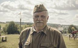 ONDULACIÓN PERMANENTE, RUSIA - 30 DE JULIO DE 2016: Reconstrucción histórica de la Segunda Guerra Mundial, verano, 1942 Soldado s Fotos de archivo