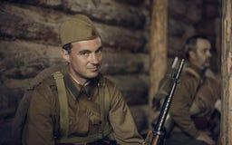 ONDULACIÓN PERMANENTE, RUSIA - 30 DE JULIO DE 2016: Reconstrucción histórica de la Segunda Guerra Mundial, verano, 1942 Soldado s Imagen de archivo libre de regalías