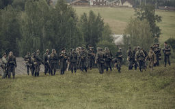 ONDULACIÓN PERMANENTE, RUSIA - 30 DE JULIO DE 2016: Reconstrucción histórica de la Segunda Guerra Mundial, verano, 1942 Soldados  Imágenes de archivo libres de regalías