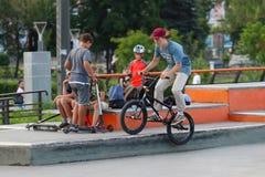 ONDULACIÓN PERMANENTE, RUSIA - 29 DE JULIO DE 2017: Trenes del ciclista en parque extremo Imagenes de archivo