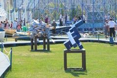 ONDULACIÓN PERMANENTE, RUSIA - 11 DE JUNIO DE 2013: Abstracción de la escultura de madera azul Foto de archivo libre de regalías