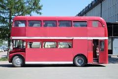 ONDULACIÓN PERMANENTE, RUSIA - 11 DE JUNIO DE 2013: Autobús de dos plantas viejo con interior Foto de archivo