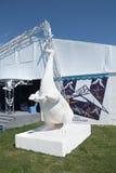 ONDULACIÓN PERMANENTE, RUSIA - 11 DE JUNIO DE 2013: Escultura blanca del dinosaurio Foto de archivo
