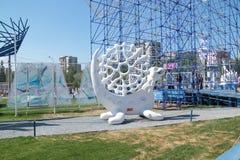 ONDULACIÓN PERMANENTE, RUSIA - 11 DE JUNIO DE 2013: Escultura hecha de la ondulación permanente de la espuma Imagen de archivo libre de regalías