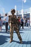 ONDULACIÓN PERMANENTE, RUSIA - 15 DE JUNIO DE 2013: Escultura viva de oro Fotos de archivo
