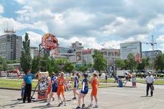 ONDULACIÓN PERMANENTE, RUSIA - 13 DE JUNIO DE 2013: Juego de las muchachas en el viaje del baloncesto de la juventud Imagen de archivo