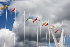 ONDULACIÓN PERMANENTE, RUSIA - 10 DE JUNIO DE 2012: Muchas banderas de las noches blancas del festival Fotografía de archivo