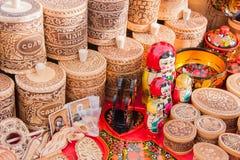 ONDULACIÓN PERMANENTE, RUSIA - 13 de marzo de 2016: Contadores comerciales con el wo decorativo Imagen de archivo libre de regalías