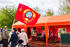 Ondulación permanente, Rusia - 9 de mayo 2016: Gente con una bandera de Unión Soviética Foto de archivo