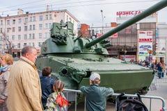 Ondulación permanente, Rusia - 9 de mayo 2016: Gente en una exposición Fotos de archivo