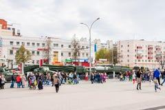 Ondulación permanente, Rusia - 9 de mayo 2016: Gente en una exposición Imagenes de archivo