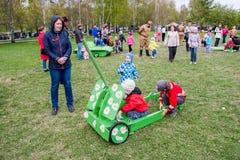 Ondulación permanente, Rusia - 9 de mayo 2016: Niños y adultos Fotos de archivo