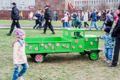 Ondulación permanente, Rusia - 9 de mayo 2016: Niños y adultos en una explanada Foto de archivo libre de regalías