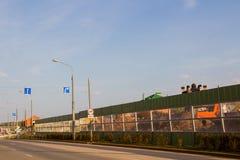 Ondulación permanente, Rusia - 26 de septiembre 2016: Barreras del ruido a lo largo del camino Foto de archivo libre de regalías