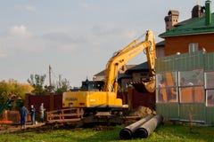Ondulación permanente, Rusia - 26 de septiembre 2016: Funcionamiento del excavador Imagen de archivo libre de regalías
