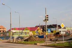 Ondulación permanente, Rusia - 26 de septiembre 2016: Semáforos y señales de tráfico Foto de archivo libre de regalías
