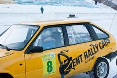 ONDULACIÓN PERMANENTE, RUSIA, EL 17 DE ENERO 2016: el piloto dentro del coche de carreras Imágenes de archivo libres de regalías