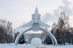 ONDULACIÓN PERMANENTE, RUSIA, EL 17 DE ENERO Monumento 2016 MiG en la subida ' Fotos de archivo libres de regalías