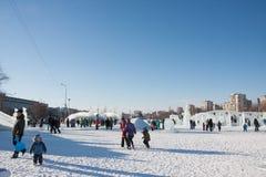 ONDULACIÓN PERMANENTE, Rusia, febrero, 06 2016: adultos con los niños Foto de archivo libre de regalías