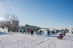 ONDULACIÓN PERMANENTE, Rusia, febrero, 06 2016: adultos con los niños Fotografía de archivo