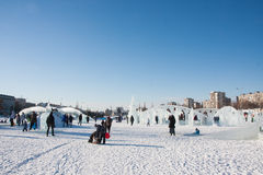 ONDULACIÓN PERMANENTE, Rusia, febrero, 06 2016: adultos con los niños Fotos de archivo