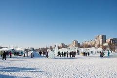 ONDULACIÓN PERMANENTE, Rusia, febrero, 06 2016: adultos con los niños en un helado Fotos de archivo libres de regalías