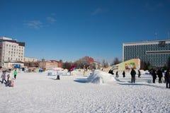 ONDULACIÓN PERMANENTE, Rusia, febrero, 06 2016: adultos con los niños en un helado Imagenes de archivo