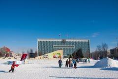 ONDULACIÓN PERMANENTE, Rusia, febrero, 06 2016: adultos con los niños en un helado Imagen de archivo
