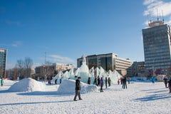 ONDULACIÓN PERMANENTE, Rusia, febrero, 06 2016: adultos con los niños en un helado Imagen de archivo libre de regalías