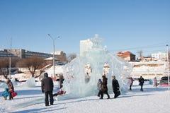 ONDULACIÓN PERMANENTE, Rusia, febrero, 06 2016: adultos con los niños en un helado Foto de archivo libre de regalías