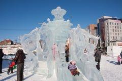 ONDULACIÓN PERMANENTE, Rusia, febrero, 06 2016: adultos con los niños en un helado Imágenes de archivo libres de regalías
