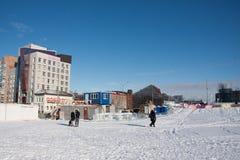 ONDULACIÓN PERMANENTE, Rusia, febrero, 06 2016: adultos con los niños en un helado Foto de archivo