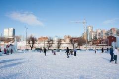ONDULACIÓN PERMANENTE, Rusia, febrero, 06 2016: adultos con los niños en un helado Fotografía de archivo