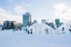 ONDULACIÓN PERMANENTE, Rusia, febrero, 06 2016: adultos con los niños en un helado Fotografía de archivo libre de regalías
