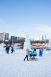ONDULACIÓN PERMANENTE, Rusia, febrero, 06 2016: adultos con los niños en un helado Fotos de archivo