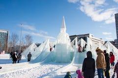 ONDULACIÓN PERMANENTE, Rusia - febrero, 06 2016: adultos con los niños en una ciudad helada Fotos de archivo libres de regalías