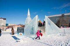 ONDULACIÓN PERMANENTE, Rusia - febrero, 06 2016: adultos con los niños en una ciudad helada Fotos de archivo
