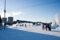 ONDULACIÓN PERMANENTE, Rusia, febrero, 06 2016: adultos con los niños en una ciudad helada Fotos de archivo