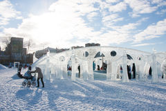 ONDULACIÓN PERMANENTE, Rusia - febrero, 06 2016: adultos con los niños en una ciudad helada Foto de archivo