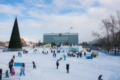 ONDULACIÓN PERMANENTE, Rusia, febrero, 06 2016: Ciudad helada del ` s del Año Nuevo Fotos de archivo