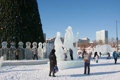 ONDULACIÓN PERMANENTE, Rusia, febrero, 06 2016: La ciudad helada del Año Nuevo Imagen de archivo libre de regalías