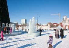 ONDULACIÓN PERMANENTE, Rusia, febrero, 06 2016: La ciudad helada del Año Nuevo en el Espl Foto de archivo libre de regalías